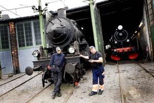 Beredskapsloket. Johan Emmertz och Stefan Källström går igenom det 62 år gamla tåget.