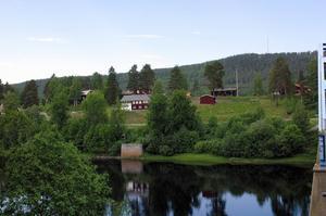 Vid ett inbrott i Färila hembygdsgård i oktober 2013 stals bland annat broderade sidenschalar.
