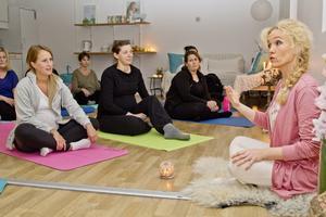 Gravidyogan innebär inte enbart yogaövningar. Ylva-Li ger också råd till kvinnorna inför födandet.