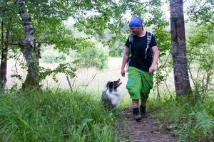 Äventyrshunden och Gunnika gillar att vara ute i naturen.