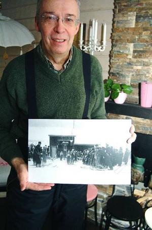 Per Mittjas visar en av de fotografier som togs av Nils Thomasson vid liftens invigning i januari 1940. På väg upp         i liften syns alpina mästarinnan May Nilson från Storlien.Foto: Elisabet Rydell-Janson