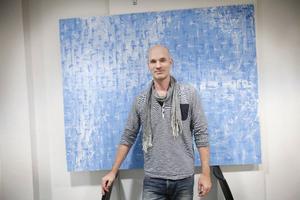 Anders Kumlien som har kopplingar till Vemdalen utvecklar ett självständigt och starkt måleri med likheter till Kåre Henrikssons bildvärld.