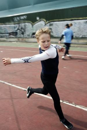Utomhusträning ingår också i målvaktsskolan. Tim Ingelsson kämpar på.