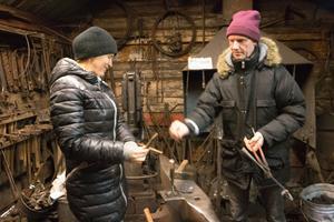 I smedjan på tomten i Norberg smider Marina Podymova och Mikael Vilhelmsson konstnärsdrömmar