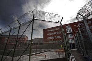 Det finns flera olika rastgårdar i anstalten. säkerhetsfångarna har sin, häktade sin, sexualbrottslingar sin och övriga som dömts till långa fängelsestraff sin.