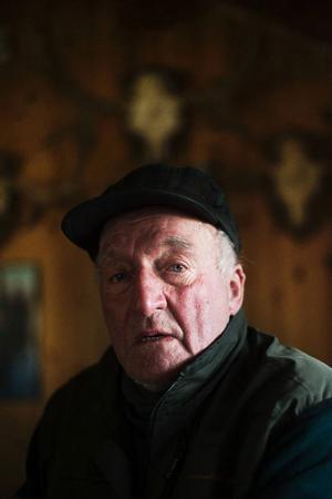 Legenden Per Albertsson vet vad jakt innebär. Han var på sin första älgjakt 1952, så han har hunnit med några stycken, i dag är han 82 år.