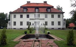 Herrgården byggdes 1920 som bostad till yllefabrikören Axel Tidstrand. Och nu fungerar fontänen igen...
