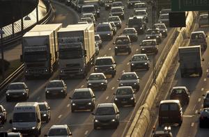 Påverkar. Ökningen av koldioxid, här representerad av vägtrafik, riskerar att leda till långsiktiga förändringar av klimat och livsbetingelser.Foto: TT