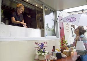 Annika Reuter driver foodtrucken och är, precis som sin syster skådespelaren Suzanne Reuter, engagerad i Drömgården.
