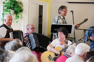 15 musiker och ett 80-tal besökare fyllde Hybo bygdegård till bredden.