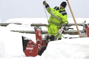 Christer Borg kör i gång den nylevererade snöslungan för att fortsätta sitt arbete med snöröjning på ishallens tak i Hudiksvall.