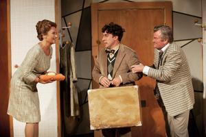Suzanne Reuter, Per Andersson och Peter Dalle gör huvudrollerna i Zpanska flugan på Chinateatern.