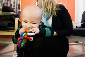 Adrian, 8 månader, kommer att pottränas tidigt av mamma Linn Servais. Hon har vanan inne sedan hon jobbade som aupair i USA och fick två tvååringar att bli torra.