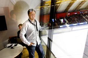 """Sätter oddsen. Andreas Arver sätter oddsen på helgens matcher i World Cup. """"Man ska ha ett otroligt intresse för idrotten och dessutom gilla siffror"""", säger den Sandvikenuppväxte bandyexperten om sitt drömjobb som oddssättare på Svenska Spel. I bakgrunden ishockeyspecialiserade oddssättaren Stefan Österberg från Valbo."""
