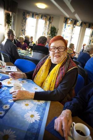 – Jag försöker gå på allt som Anders ordnar. Jag gillar inte dansband, och det vet han, men jag gillar Anders. Vi satt just och funderade över hur mycket tårta vi har ätit under det här året, säger Solvig Ljusterdal Esbjörnsson och syftar på allt firande som ordnats i och med att Marielunds Bostadsrättsförening firar 50 år i år.