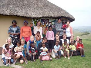 Här har hela gruppen samlats utanför förskolan Khaya Lethu. Dit får barnen i byn komma och man erbjuder byborna ett mål mat om dagen.