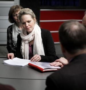 Hanna Lindgren, som här ses ge svar på lärares frågor i anslutning till senaste kommunfullmäktige, funderar starkt på att lämna sina politiska uppdrag.