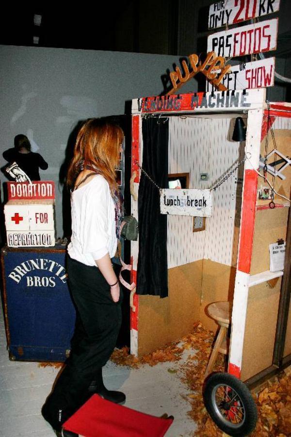 Ellinor Nilsson inspekterar den ombyggda fotoautomaten.