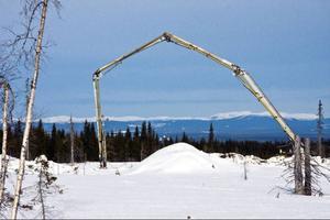 Betongen levereras på plats med den långa snabeln som syns på bilden. Sex fundament står nu redo för att ta emot vindkraftverken.