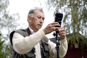 Världsfotografen Chris Steele-Perkins, bildbyrån Magnum, fotograferade lokalt miljöengagemang vid Vallens skola i Kovland till en stor utställning. När jobbet är klart i Sverige åker han till Mocambique för att ta bilder för ett Unesco-projekt.