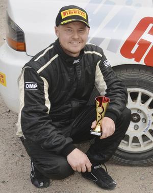 Niklas Hägg körde in som tre i den första SM-deltävlingen i rally.