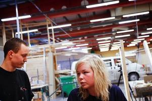Marcus Ramsten och Erika Norderud är båda inriktade på att bli snickare. De är två av de förstaårselever på Byggprogrammet på Palmcrantzskolan som på skoltid några timmar i veckan bygger skateboardramper till Stadsdel Norr.