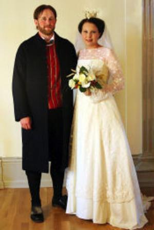 Vigsel har den 16 juli ägt rum i Dalby kyrka i Uppsala mellan Lena Moberg, dotter till Solbritt och Anders Moberg, bördig från Sundsvall, och Björn Nordström, son till Maria Kronander och Hans Nordström, bördig från Falun. Vigseln förrättades av Britt-Karin Ekstrand. Tärna var Tina Lindblad och Emil Persson var marskalk. Brudparet tar efternamnet Moberg. Foto: Kerstin Björkqvist