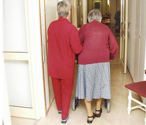 Trots att det är hög sjukskrivning inom Omvårdnad Gävle upplever personalen att de tar bättre hand om sin hälsa än andra som jobbar inom kommunen. OBS! Bilden är tagen i ett annat sammanhang.