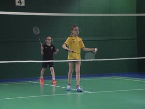 Friska Viljors Ebba Arvidsson och Miranda Wallin (gul tröja) vann U11 dubbel i Guldfjädern.   Foto: Anna Forsberg