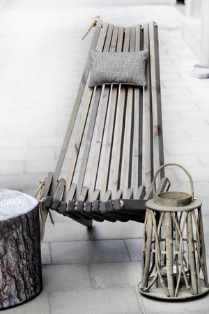 Puffen Stubbe i furumönster (2 390 kronor) kan användas både som bord och som pall. Puffen är i tyg som tål att vara utomhus. Till den en hopvikbar grålaserad vilstol (2 390 kronor) och en lykta i naturmaterial (595 kronor). Möblerna finns på 2 Plan.