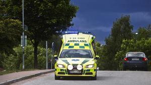 Ambulanspersonal ute på uppdrag stötte i lördags i Västanfors på en man med ett järnrörsliknande föremål. Mannen kom fram då och slog på fordonet.