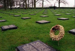 I boken besöker Jannike Faltin första världskrigets slagfält vid Ypres. På denna kyrkogård vilar 44 000 av de dödade i slaget; de som i boken bildar de dödas armé.