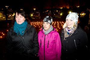 Anna Håkansson, Carolin Strandberg och Petra Lindström i Ladies circle överlämnade en check till kvinnojouren och deltog under manifestationen.