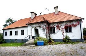 Församlingshemmet på Kyrkogatan, med byggår 1923, är till salu. Sedan Ria flyttade ut för drygt ett år sedan har det vackra huset stått tomt och bara kostat pengar för Sandvikens församling, som nu vill sälja det.