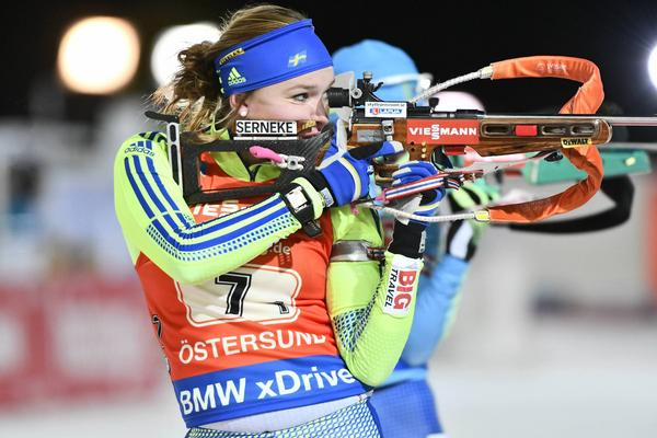 Linn Persson i stående skytte i singelmixstafetten i söndagens världscuppremiär i Östersund.