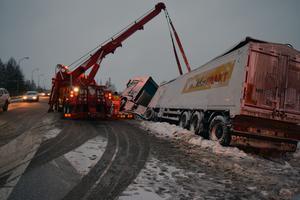 Eftersom lastbilen stod helt på sidan om vägen kunde trafiken passera i ett körfält.