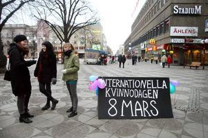 TAR KAMPEN. Anna Eklund, Isabell Sjöberg och Andrea Hurtig i tjejteamet Vulcana försökte väcka diskussion om kvinnofrågor.