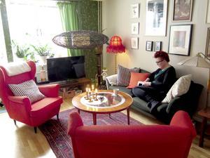 Så här trivs hon hemma. I soffan med en bok.