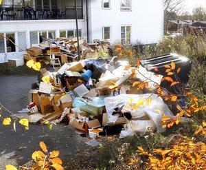 Sita vägrar att tömma sopkärlet utanför Royal swiss hotel så länge det är omgärdat av sopor.