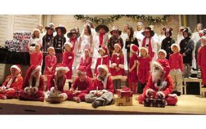 Barnkörerna Sångfåglarna (6-8 år) och Musikalkören (9-13 år) bjuder på Luciatåg och julshow. Kyrkans miniorer och juniorer bidrar också till föreställningen.Foto: KARIN SUNDIN