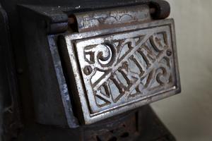 I Alvas rum står den gamla kaminen kvar. Den fungerar fortfarande och har en liten spisplatta.