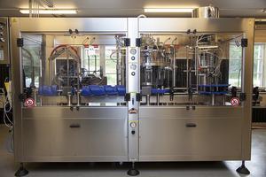 Här är maskinen som tappar ölen på flaska och sätter på korkarna.