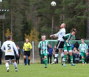 Fredrik Esbjörnsson vinner en luftduell i första halvlek