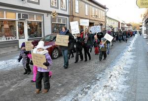 Protest mot neddragningar. Det blev ett långt demonstrationståg som gick genom gatorna i Lindesberg på söndagsförmdidagen.