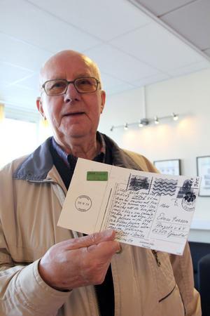 Einar Persson med vykortet som kom fram femton år efter avsändarens död.