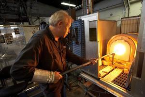Glasmästaren Mikael Erlandsson arbetar på Kosta glasbruk 2008. Redan 1955 förutspåddes glasbrukens framtida prövningar i H-K Rönbloms