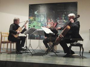 Magnus Andersson, Brice Martin och Rohan de Saram i Sandviken på tisdagen. De framförde musik av Vivaldi, Philips, Corbetta, Corette, Kodály, Mozart, Dillon och Cresta.