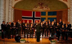 Trysils manskör, från Norge, på Cassels scen.