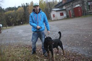 Patrik Kvist med hunden Diesel.