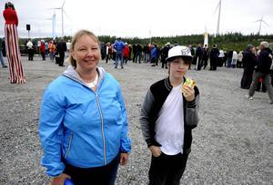 Carina Wennström och hennes son Daniel Wennström var två av hundratals besökare på invigningen av vindkraftparken Mörttjärnberget.